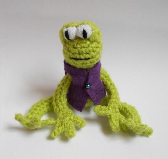 Amigurumi Green Frog : Miniature Amigurumi frog crocheted animal by TreacherCreatures