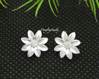 SILVER Daisy Earrings, Flower Stud Earrings, Bridesmaid's Jewelry, Mother Earring, Bridesmaid Gift, Silver Post Earrings, Mom Gift