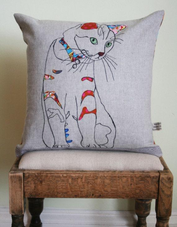 Items similar to applique cat cushion on etsy - Cojines pintados en tela ...