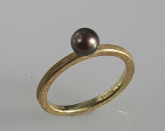 Stacking ring in 18 kt gold with black perl