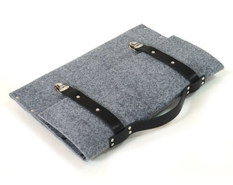 MacBook 13 Retina briefcase grey synthetic felt with black leather straps and handle made by SleeWay