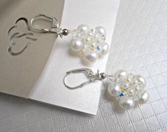 Pearl Wedding earrings, Bridal Pearl Earrings, pearl Flower, White Pearl Bridal Earrings, pearl and crystal earrings