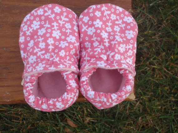 Baby Girl Shoes with Pink and White Flowers - Custom Sizes 0-3 3-6 6-12 12-18 18-24 months by Little House of Colors