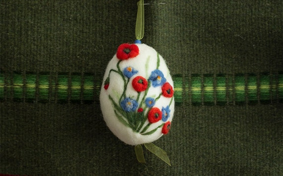 Needle felting white easter egg with poppies, wool easter decoration. Handfelted