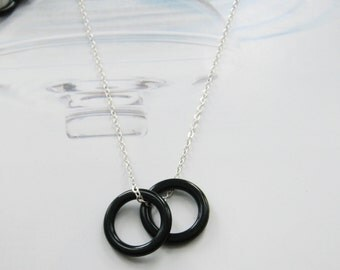 Simple twins black circle necklace