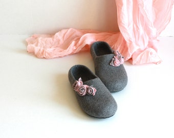 Women house shoes - felted wool slippers - Mothers day gift  - grey with pink roses