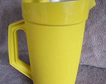 VINTAGE TUPPERWARE 800 Bright yellow pitcher with plunger top 2 quart