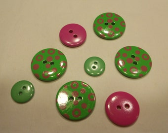 8 green and fuchsia buttons, 13-22 mm, (15)