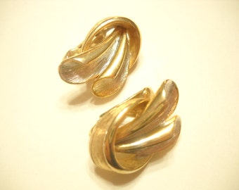 Vintage BRUSHED SILVER & GOLD Tone clip earrings (6074)