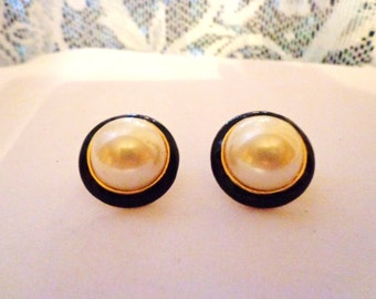 Vintage Pearl-like clip earrings trimmed in black.