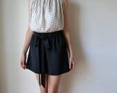 Schwarze seidig elegant Womens Culotte, Shorts. Loose fit, hohe Taille, Breite Bein. Kundenspezifisch konfektioniert.