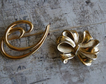 Pair Of Two Different Vintage Trifari Brooches Pins Gold Toned Beautiful