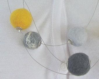 Filzkette, Filzperlen 98% Wolle, 2 Prozent Seide in grau-gelb, Durchmesser 17-25mm, Länge der Filzkette: 65-70 cm, Magnetverschluss, gefilzt