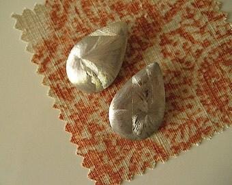 80s Vintage Earrings / Exotic Etched Metallic Silver Earrings / Large Teardrop Earrings / Vintage Jewelry / Pierced Earrings