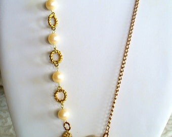 Vintage brooch and pearl necklace