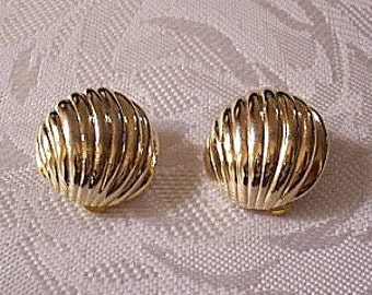 Sea Shell Lined Button Clip On Earrings Gold Tone Vintage Swirl Deep Ribbed Domed Discs