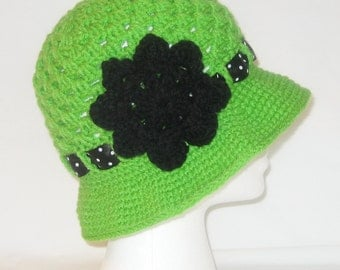 Crochet flapper hat in green with flower