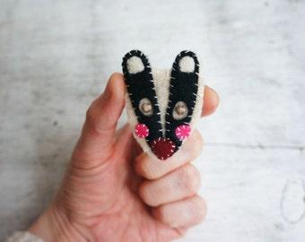 Badger brooch, handmade brooch, handmade jewellery, felt badger, british wildlife