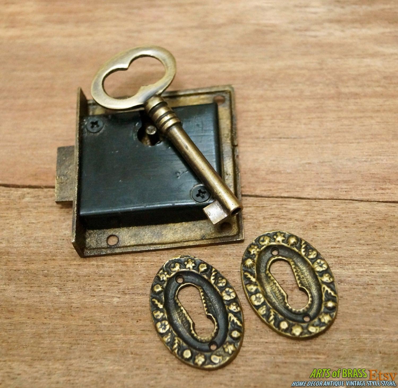 antique carved flower round key hole vintage key lock and. Black Bedroom Furniture Sets. Home Design Ideas