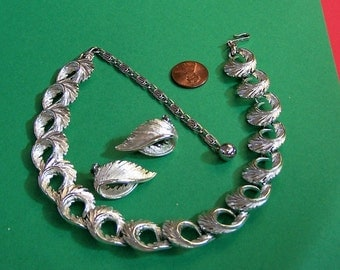 Vintage LISNER silver tone necklace and earrings.  Great Birthday, Anniverary, Mother's Day or Valentine's Day  Gift