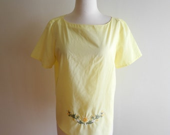 Adorable sunshine yellow 50s / 60s blouse with embroidered flowers sz. Medium