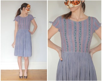 Vintage 50s Day Dress in Purple with Floral and Lace Bodice | Small