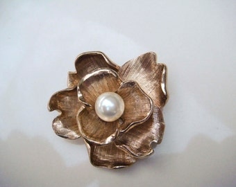 Vintage Gold Toned Flower Brooch with Pearl