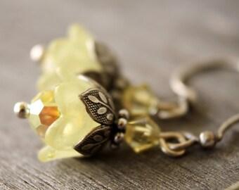 Pale yellow tulip flower earrings - Mercedes