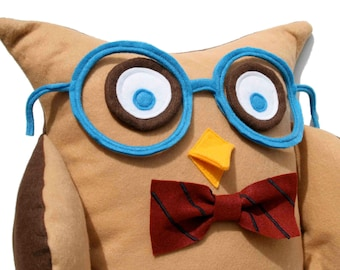 Oliver - A Slightly Geeky Owl 16 inch pillow cover
