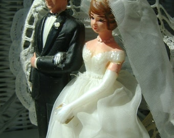 Charming 50s vintage bride and groom caketopper in VGVC