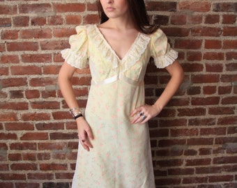 LEMON MERINGUE - 1960s Romantic Vintage Maxi Dress Party Puffed Sleeves Retro Ruffles Lace Open Back Garden Daisy Small