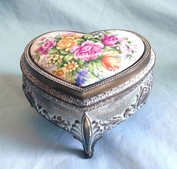 Vintage heart music box, musical jewelry box with porcelain rose bouquet, made in Japan