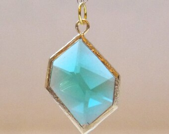 Green glass pendant in gold