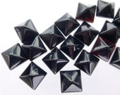 ONYX. PYRAMiD. STuD Cabochons. Small. 5pc. 6.0 cts. 6 mm (Ox140-5)