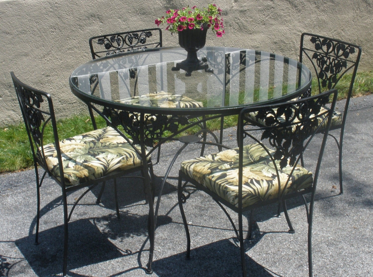 Wrought iron table 4 chairs cushions woodard grapes for Woodard outdoor furniture
