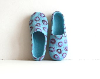 Women house shoes clogs, felted wool slippers, Christmas gift, sky blue with purple violet bubbles, gift for her, women slippers, valenki
