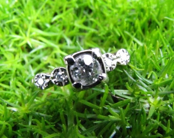 5 Diamonds in White Gold : Antique Engagement Ring - Old Mine Cut Diamond with Accents - 1940s 1950s