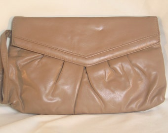 14.00 regular 27.99  Vintage 1970s Taupe Faux Leather Wristlet Clutch in perfect vintage condition