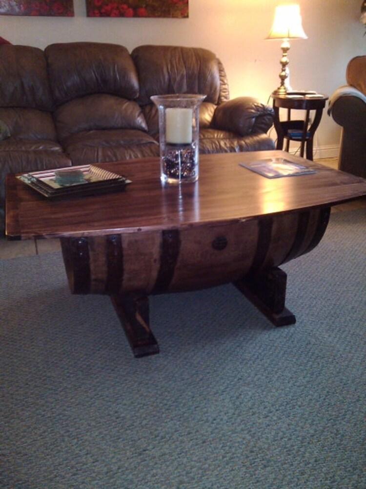 table basse de tonneau de vin par wyldatheartcustoms sur etsy. Black Bedroom Furniture Sets. Home Design Ideas