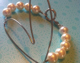 Wired heart bracelet with faux pearl band