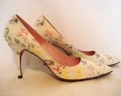 Vintage 60s Floral  Print Spike Heeled Pumps sz 8  White Flowered Pointy Shoes