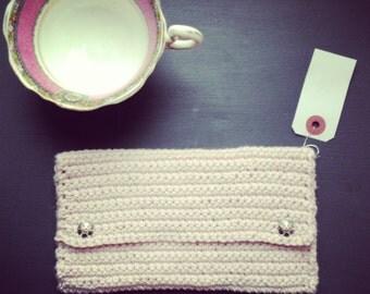 pochette enveloppe au crochet en fil de coton légèrement brillant