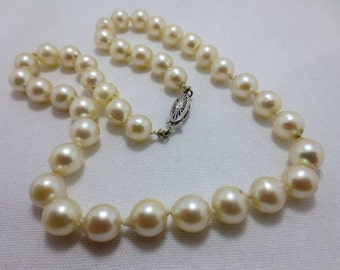 8 MM CULTURED PEARL necklace with a 14 kt gold clasp