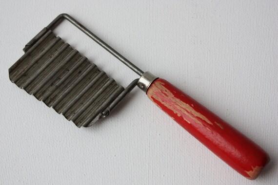 Vintage Vegetable Wave Crinkle Cutter Slicer-Red Wood Handle-Housewares-Food Prep-Kitchen Utensil-Garnishing Tool-Cheese Wavy Slicer-Antique