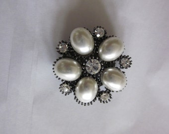 JEWELRY MAGNET BROOCH Pearl and Rhinestone