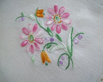 Vintage linen dresser set hand embroidered pink daisies with scalloped lace edge 3 piece free shipping to USA