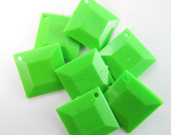 12 Vintage 15mm Plastic Lime Green Faceted Diamond Charms Drops Pendants Pd389