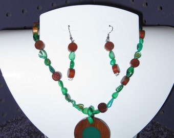 EMERAL GREEN Stones and Brown WOODEN Beads Jewelry Set