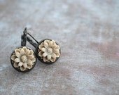 "Latte macchiato  """" beige resinflower earrings - picturing"
