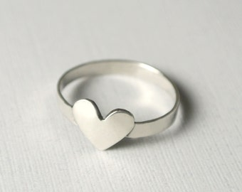 Simple Heart Ring / Straight Band / Sterling Silver (7mm Heart) by anilani